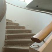 hajlított lépcsőkorlát